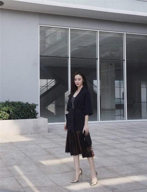 Angela Phương Trinh, Phạm Hương đẹp mê hồn với mốt xếp li