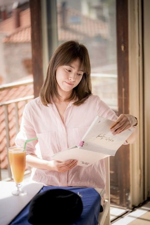 """Bác sĩ Kang đã khiến kiểu tóc chấm vai """"gây sốt"""" trở lại."""
