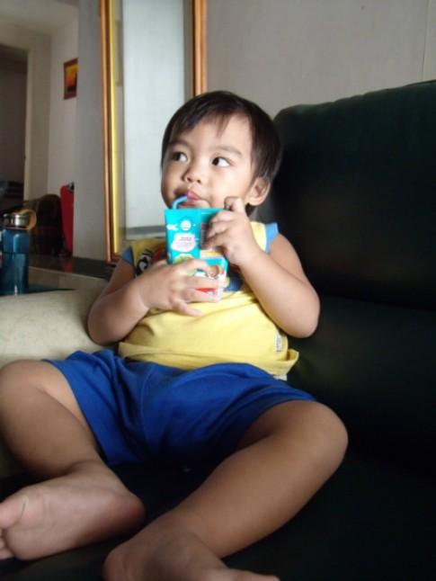 Bé 2 tuổi không ăn gì ngoài sữa