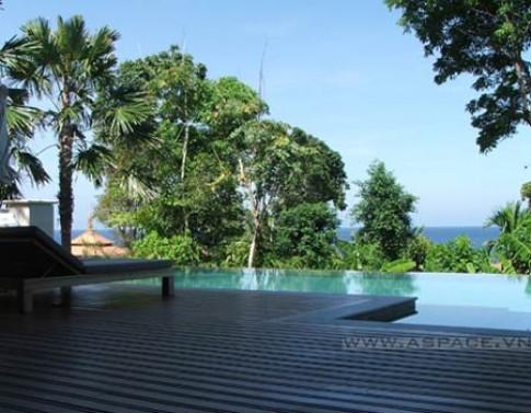 Bể bơi trong resort
