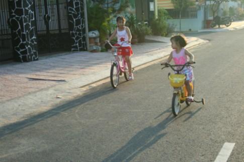 Bé đạp xe mỗi sáng