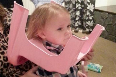 Bé gái 2 tuổi mắc kẹt đầu vào ghế ngồi bô