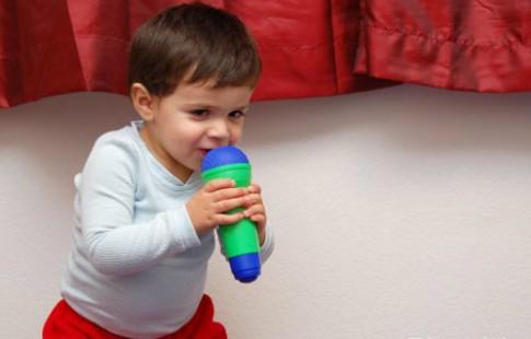 Bé hơn 2 tuổi chỉ bi bô có phải là chậm nói