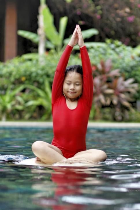 Bé tập yoga