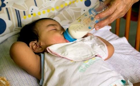 Bé uống nhiều sữa vào ban đêm có tốt?