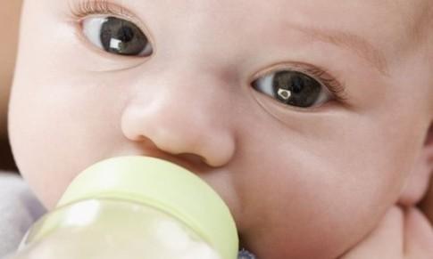 Bé uống sữa quá ít vì sao?