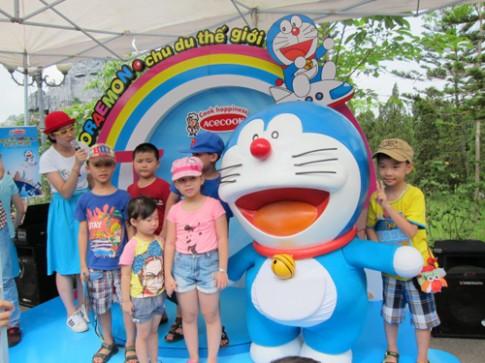 Bé vui hè cùng mèo máy Doraemon