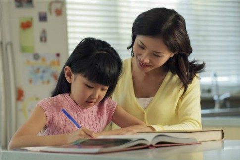 Bí quyết giúp con tự lập của bà mẹ 'để mặc trẻ với bài vở'
