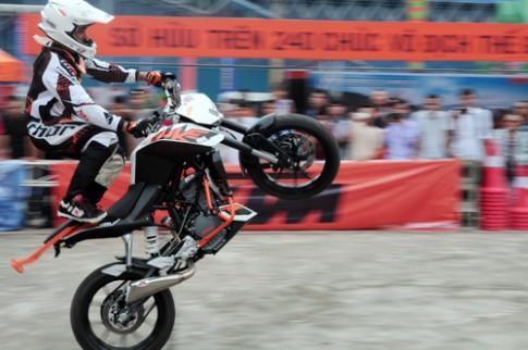 Biểu diễn môtô mạo hiểm tại triển lãm Việt Nam AutoExpo 2014