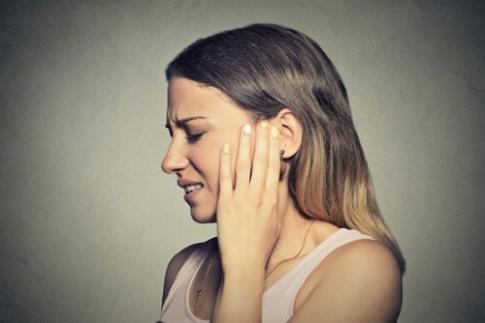 Bịt củ tỏi vào tai, hết đau đầu nhức óc