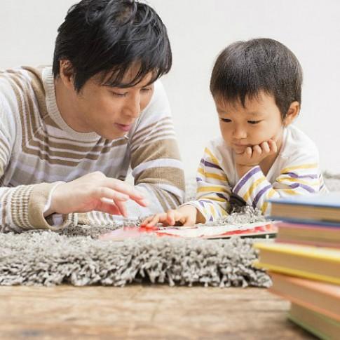 Bố đọc sách cho con trước giờ đi ngủ tốt hơn mẹ