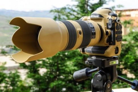 Bộ máy ảnh ống kính Nikon sơn màu vàng quân đội ấn tượng