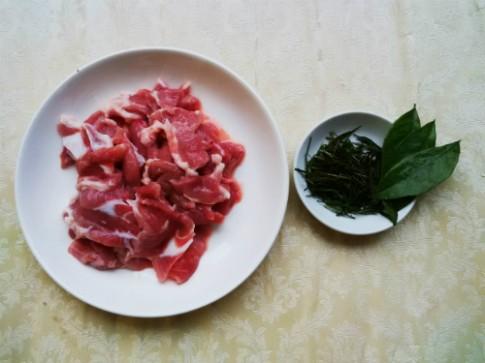 Bữa tối ấm áp với thịt xào lá mắc mật