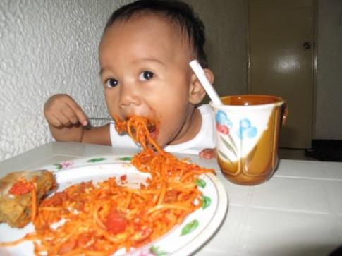 Cách chữa bé biếng ăn vì quá hiếu động