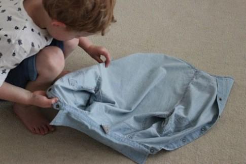 Cách dạy bé mặc áo chỉ trong vài giây
