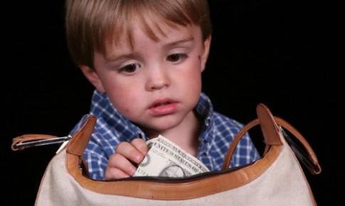 Cách đơn giản trị thói ăn cắp của bé