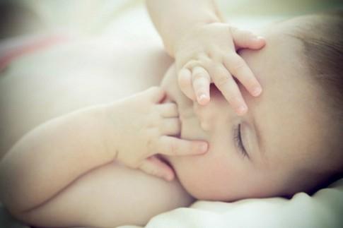 Cách nào trị bé 5 tháng tuổi mút tay suốt ngày?