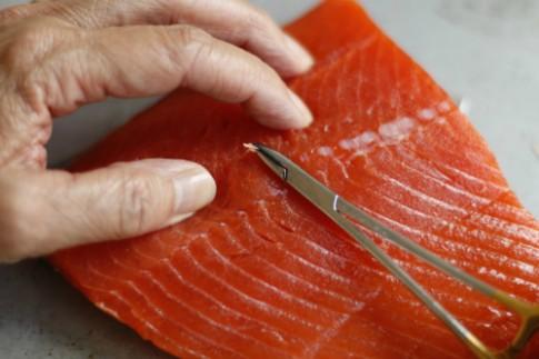 Cách nhặt sạch xương dăm ở phi lê cá hồi, cá basa