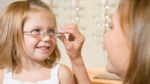 Cẩn trọng với các dấu hiệu mắt mờ của trẻ con
