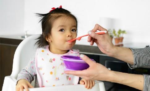 Chăm bé suy dinh dưỡng thế nào khi mẹ chỉ ở nhà buổi tối