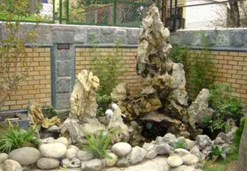 'Chơi' đá trong vườn