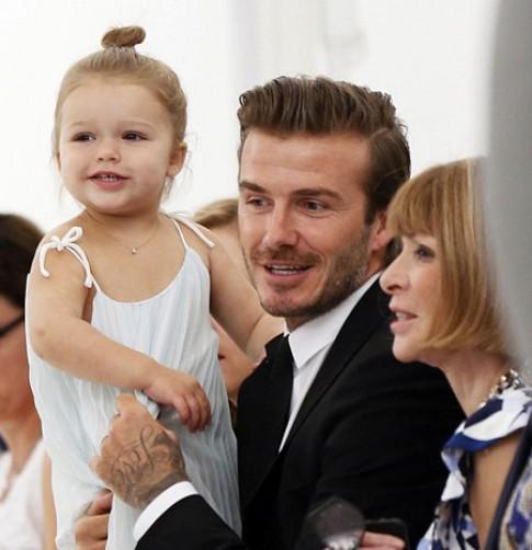 Chồng con tới ủng hộ Victoria Beckham ra mắt BST mới
