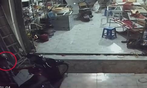 [Clip] Chiếc SH bị trộm trước mặt vài chục người uống nước mía