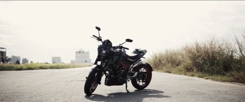 [Clip] KTM Duke 390 độ phong cách quái thú bên cạnh nữ Biker
