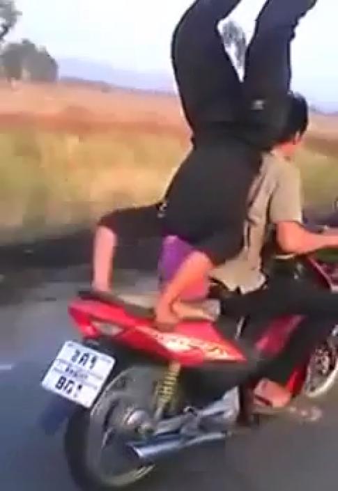[Clip] Nam thanh niên trồng chuối trên chiếc xe máy đang chạy