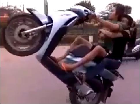 [Clip] Thanh niên chạy Honda SH bốc đầu cực lâu