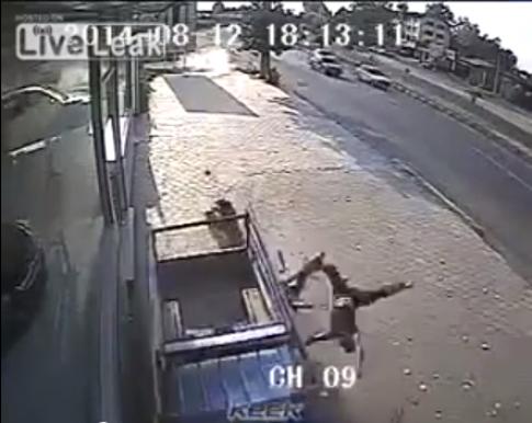 [Clip] Xe máy mất phanh cắm đầu cực mạnh vào xe ô tô