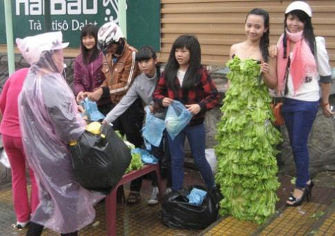 Cô gái mặc váy rau xanh kêu gọi ăn chay
