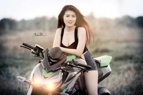 Cô nàng sexy đầy gợi cảm bên Kawasaki Z1000