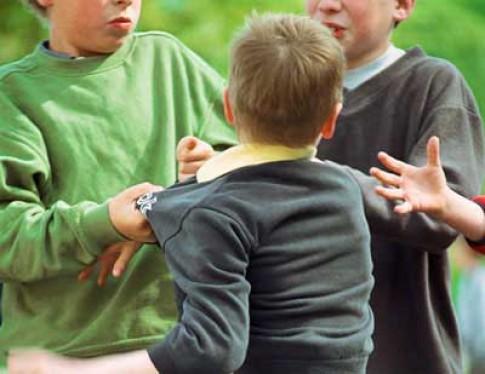 Có nên khuyến khích con đánh lại bạn khi bị bắt nạt?