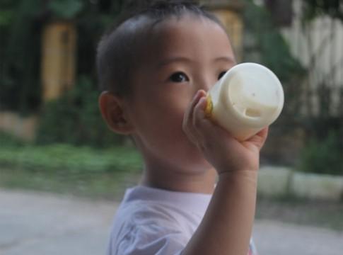 Có phải bé thấp vì ít uống sữa bột