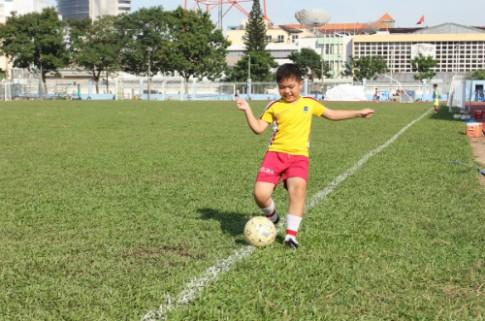 Con trai mê thể thao
