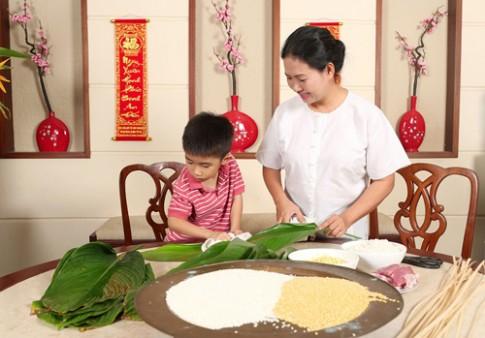 Đầu bếp Thu Thủy dạy con trai làm bánh chưng
