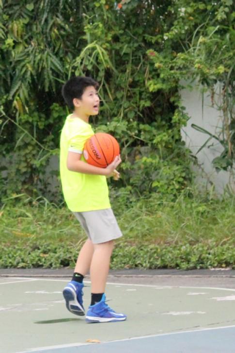Dạy con chơi bóng rổ và bơi lội