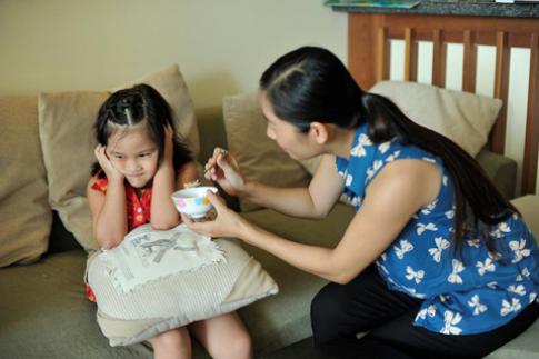 Dạy trẻ học ăn từ sớm