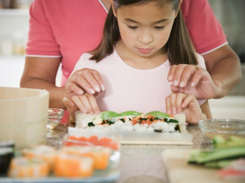 Để trẻ hào hứng nấu ăn cùng cha mẹ
