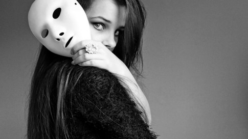 Đừng đeo mặt nạ khi ở bên người yêu em...