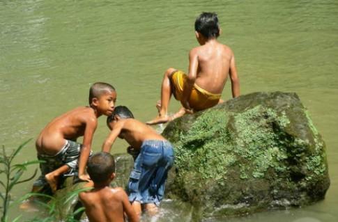 Giúp con phòng tránh và ứng phó với tai nạn đuối nước