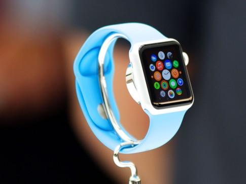 Hàng dài người đứng chờ để được đeo thử Apple Watch