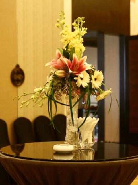 Hoa bàn khách kiểu dáng đơn giản