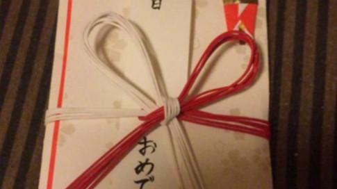 Hộp quà sinh nhật lạ lùng cặp vợ chồng Nhật tặng con trai 20 tuổi