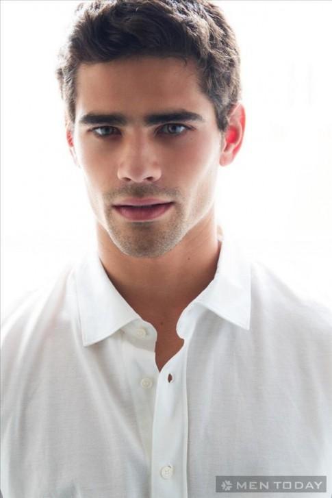 José Bebiano đơn giản và nam tính với sơ mi trắng cùng quần short