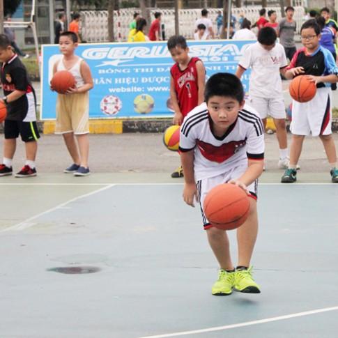 Ken thích chơi bóng rổ