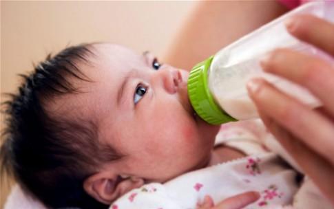Khắc phục tình trạng bé nôn khi uống sữa ngoài