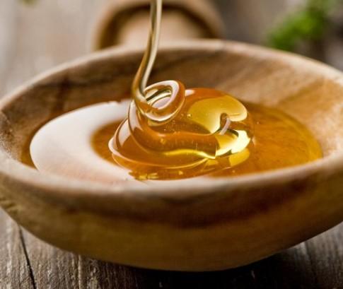 Không nên dùng mật ong đánh tưa lưỡi cho trẻ