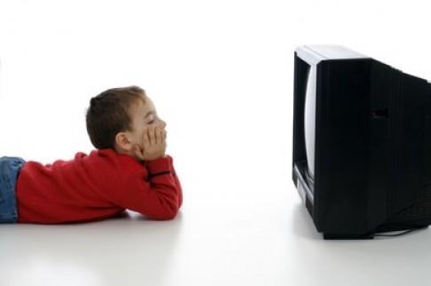 Làm sao để con bớt xem tivi?